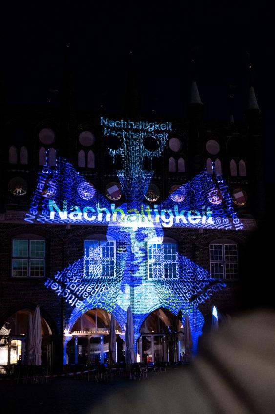 Das Lübecker Rathaus leuchtet für europäischen Zusammenhalt